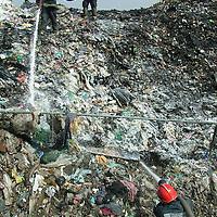 Los Reyes la Paz, Méx.- Bomberos humedecen los restos de basura quemada del tiradero de San Sebastián Chimalpa tras varias horas de combatir el fuego que inicio a las tres de la madrugada del viernes. En el combate del incendio participaron al menos 150  bomberos de la localidad con apoyo de los municipios de Nezahualcóyotl y Chimalhuacán. Agencia MVT / Jose Israel Nuñez. (DIGITAL)<br /> <br /> <br /> <br /> <br /> <br /> <br /> <br /> NO ARCHIVAR - NO ARCHIVE
