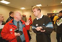 99051108: Åttendedelsfinale i cupvinnercupen: Lars Tjærnås, trener i Vålerenga, på vei til pressekonferansen etter at Vålerenga har slått Besiktas 1-0 på Ullevaal 22. oktober 1999. (Foto: Peter Tubaas)