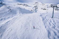 THEMENBILD - Skifahrer auf der Piste am Skigebiet Kitzsteinhorn, aufgenommen am 21. Oktober 2020 in Kaprun, Österreich // Skiers on the slope at the Kitzsteinhorn ski resort, Kaprun, Austria on 2020/10/21. EXPA Pictures © 2020, PhotoCredit: EXPA/ JFK