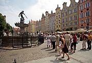 Gdańsk; 2008-06-22. Stare Miasto w Gdańsku. Turyści pod Fontanną Neptuna.