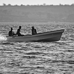 Transporte com barcos a motor na baía do Mussulo perto de Luanda. Angola