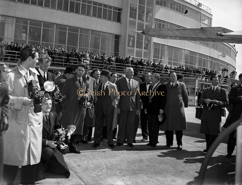 26/04/1958 <br /> 04/26/1958<br /> 26 April 1958<br /> Arrival of Seaboard Super Constellation due to begin Aer Lingus' first transatlantic service two days later at Dublin Airport. Image shows dignitaries awaiting the planes arrival.