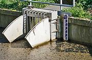 Nederland, Hernen, 17-4-2020  Een kleine stuw van het waterschap rivierenland in een wetering. Foto: Flip Franssen