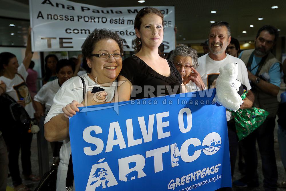 A ativista do Greenpeace, Ana Paula Maciel Alminhana  depois de chegar ao Aeroporto Internacional Salgado Filho, em Porto Alegre, Brasil, 28 de dezembro de 2013, semanas depois de ter sido libertado sob fiança pela Rússia, após dois meses de detenção por protestar contra a exploração de petróleo no Ártico. Ana Paula Maciel foi o primeiro ativista do Greenpeace detido na Rússia a sair da cadeia. Um grupo de ativistas do Greenpeace estava a bordo do navio de bandeira holandesa Arctic Sunrise, tendo como alvo uma plataforma de petróleo offshore de propriedade da gigante de energia russa Gazprom, quando foram apreendidos em setembro pelas forças de segurança russas. Todos os 26 ativistas estrangeiros já receberam vistos de saída depois que a Rússia lhes concedeu anistia. FOTO: Jefferson Bernardes/ Agência Preview