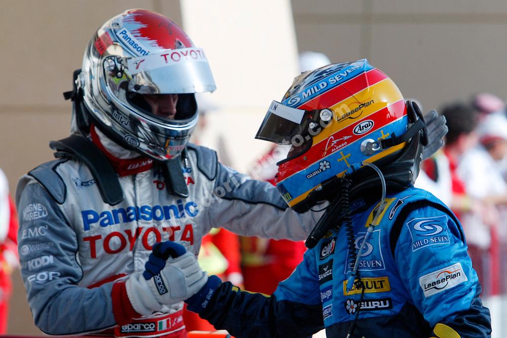 Fernando Alonso (Renault) and Jarno Trulli (Toyota) after the 2005 Bahrain Grand Prix. Photo: Grand Prix Photo