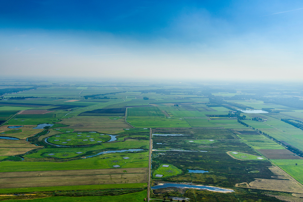Nederland, Drenthe, Gemeente Borger-Odoorn, 05-08-2016; LOFAR (Low Frequency Array - lage frequentie telescoop), ten noorden van Exloo. Centrale gedeelte van de radiotelescoop. De gehele radiotelescoop bestaande uit vele duizenden aan elkaar gekoppelde antennes welke staan op de grijze tegels. Deze antennes bevinden zich op andere locaties, het geheel wordt beheerd door ASTRON.<br /> LOFAR (Low Frequency Array - Low Frequency telescope), north of Exloo. Central portion of the radio telescope..The entire radio telescope consists of thousands of interconnected antennas, the antennas are located on different sites, all operated by ASTRON.<br /> luchtfoto (toeslag op standard tarieven);<br /> aerial photo (additional fee required);<br /> copyright foto/photo Siebe SwartNederland, Drenthe, Gemeente Borger-Odoorn, 05-08-2016; LOFAR (Low Frequency Array - lage frequentie telescoop), ten noorden van Exloo. Centrale gedeelte van de radiotelescoop. De gehele radiotelescoop bestaande uit vele duizenden aan elkaar gekoppelde antennes welke staan op de grijze tegels. Deze antennes bevinden zich op andere locaties, het geheel wordt beheerd door ASTRON.<br /> LOFAR (Low Frequency Array - Low Frequency telescope), north of Exloo. Central portion of the radio telescope..The entire radio telescope consists of thousands of interconnected antennas, the antennas are located on different sites, all operated by ASTRON.<br /> luchtfoto (toeslag op standard tarieven);<br /> aerial photo (additional fee required);<br /> copyright foto/photo Siebe Swart
