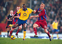Fotball<br /> Premier League England 2004/2005<br /> Foto: Colorsport/Digitalsport<br /> NORWAY ONLY<br /> <br /> 06.11.2004<br /> Patrick Vieira (Arsenal) Aki Riihilahti (Palace)<br /> <br /> Crystal Palace v Arsenal
