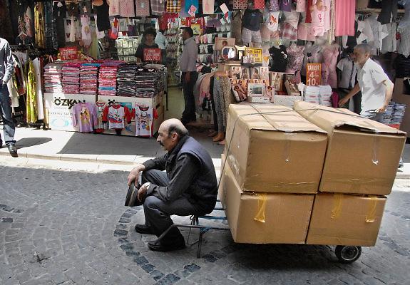 Turkije, Istanbul, 1-6-2011Straatbeeld van Istanbul in de aanloop naar de verkiezingen voor het parlement op 12 juni.Een sjouwer moet rusten vanwege de zware last.Foto: Flip Franssen