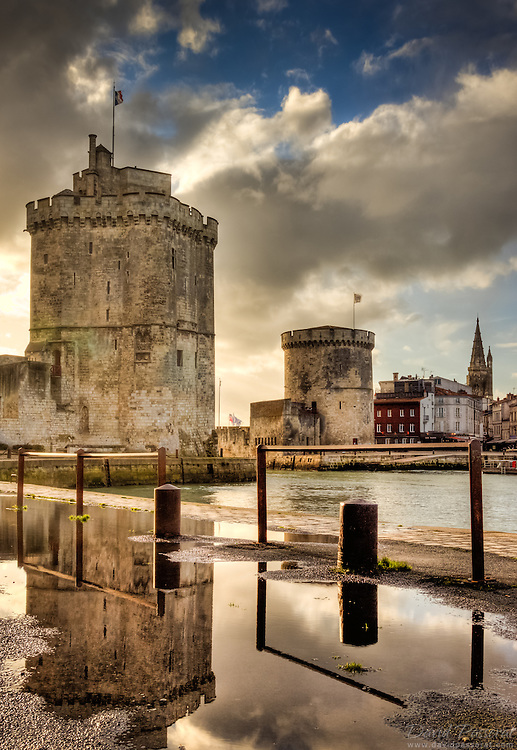 The development of La Rochelle is provided in the XIVth century by the protection offered by the towers, including towers of Saint-Nicolas and tower of the String that regulate the entry of many merchant ships in the port.