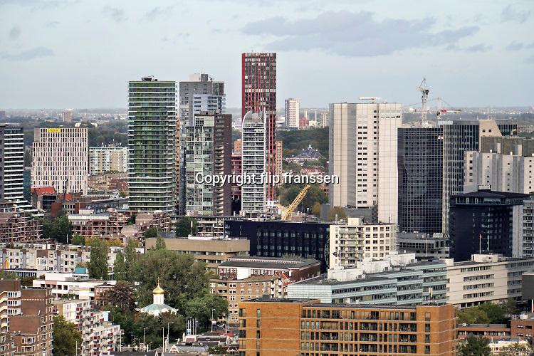 Nederland, Rotterdam, 18-10-2019 Uitzicht op rotterdam . Langs de oever waar voorheen hijskranen voor stukgoed en opslagloodsen stonden zijn nu moderne woningen, appartementen, gebouwd. Foto: Flip Franssen