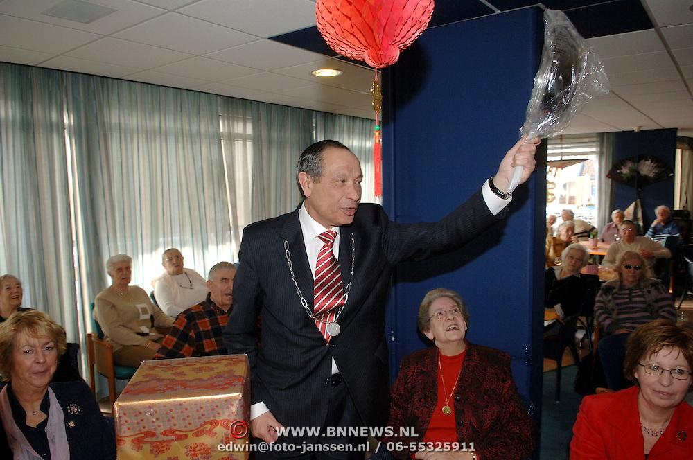 NLD/Huizen/20060302 - Burgemeester Jos Verdier krijgt enkele kado's van de bewoners van de Marke Huizen alvast voor zijn afscheid