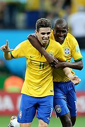 Oscar Emboaba comemora com Ramires na partida contra a Croácia na estréia da Copa do Mundo 2014, na Arena Corinthians, em São Paulo. FOTO: Jefferson Bernardes/ Agência Preview