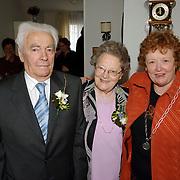 NLD/Huizen/20060403 - 60 Jarig huwelijk familie Bout - Klijn Archipelhof 48 Huizen, bezoek van loco burgemeester Willy Metz