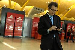 19.04.2010, Flughafen Barajas, Madrid, ESP, Flughafen Madrid Barajas im Bild ein männlicher Passagier spielt mit seinem Telefon. Auch in Spanien kommte es durch den Vulkanausbruch in Island zu grossen Verzögerungen, EXPA Pictures © 2010, PhotoCredit: EXPA/ Alterphotos/ ALFAQUI/ R. Perez / SPORTIDA PHOTO AGENCY