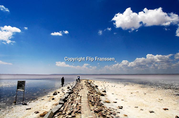 Turkije, Akseray, 8-6-2015Passerende automobilisten baden hun voeten in het Tuz Golu zoutmeer. Foto: Flip Franssen