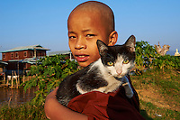 Myanmar (ex Birmanie), Province de Shan, le lac Inle, village de Ywama, jeune moine et son chat // Myanmar (Burma), Shan province, Inle lake, Ywama village, young monk and his cat