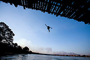 Pirapora_MG, Brasil.<br /> <br /> Ponte Marechal Hermes sobre o Rio Sao Francisco em Pirapora. Na foto, um garoto pulando no rio.<br /> <br /> Marshal Hermes Bridge, over Sao Francisco River in Pirapora. In this photo, a boy is jumping in the river.<br /> <br /> Foto: LEO DRUMOND / NITRO