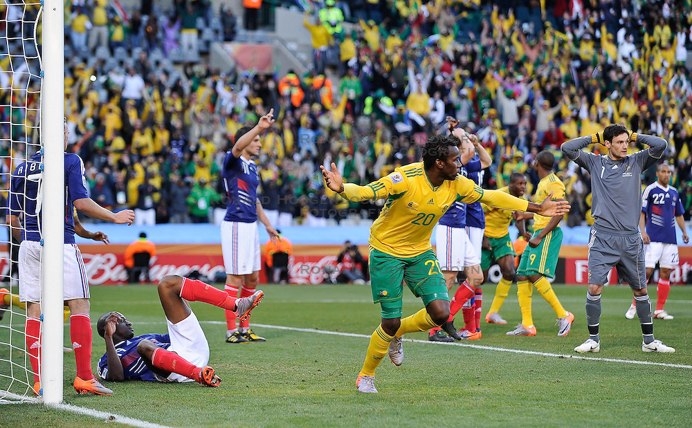 22-06-2010 VOETBAL: FIFA WORLDCUP 2010 FRANKRIJK - ZUID AFRIKA: JOHANNESBURG <br />  The French defense in tatters, appeal as Bongani Khumalo of South Africa turns to celebrate<br /> ©2010-FRH- NPH/ Marc Atkins (Netherlands only)