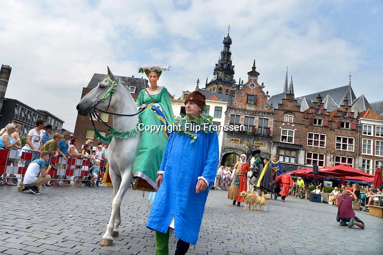 Nederland, Nijmegen, 28-8-2016De Blijde Incomste, Gebroeders van Limburg festival . In de late Middeleeuwen was Nijmegen met de Valkhofburcht de belangrijkste stad in hertogdom Gelre. De drie rond 1380 in Nijmegen geboren gebroeders van Limburg waren beroemde tekenaars en kopiisten die vooral aan het franse hof furore maakten. Met het Gebroeders van Limburgfestival eert de stad hen. Het festival is geinspireerd op de miniaturen die zij maakten, waarbij figuranten het dagelijks leven naspelen.Zondag is de dag van de Blijde incomste waarbij een lange stoet door de binenstad loopt. Les Belles HeuresFoto: Flip Franssen
