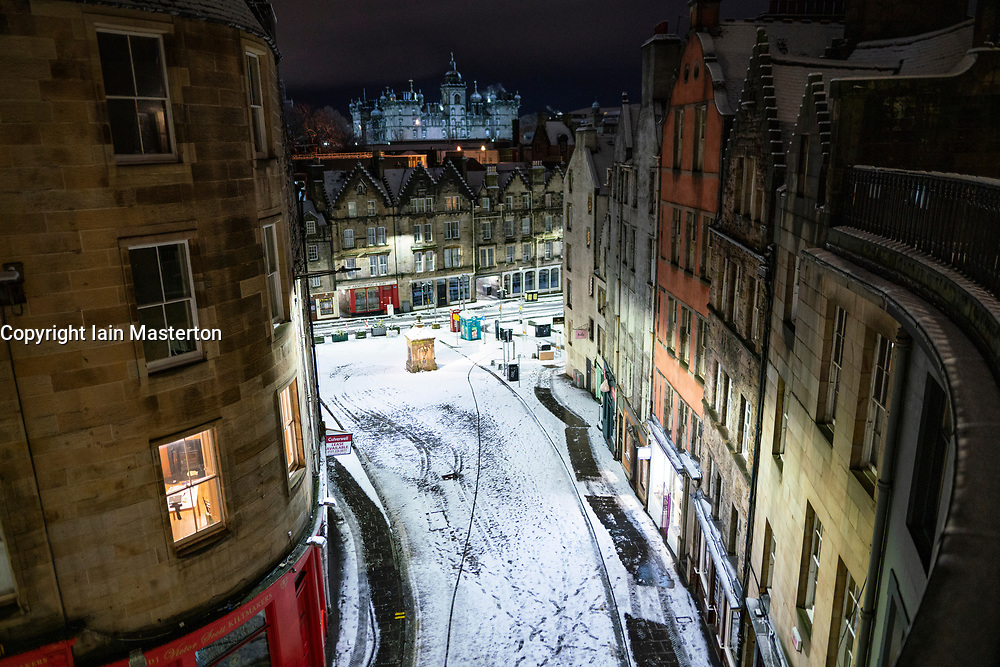 Edinburgh, Scotland, UK. 21 January 2020. Scenes taken between 4am and 5am in Edinburgh city centre after overnight snow fall. The West Bow in Old Town at night. Iain Masterton/Alamy Live News
