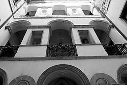 Volturara Appula. Il piccolo centro abitato sorge sul Subappennino Dauno non lontano dai confini con Molise e Campania.<br /> Secondo alcune fonti storiche la città venne fondata col nome di Uluria nel I secolo a.C.[senza fonte] da popolazioni indigene, gli Uluri, che successivamente vennero sottomessi dagli Apuli prima che la zona entrasse nella sfera di influenza romana. La cittadina fu alleata di Roma nelle guerre sannitiche.<br /> <br /> Fu sede vescovile dal 969 al 1818 come suffraganea dell'Arcidiocesi di Benevento.<br /> <br /> Nel Catalogus Baronum di epoca normanna, figura tra i feudi posseduti dal Conte Filippo di Civitate; a seguito della conquista angioina, metà del feudo è concesso al milite Ugone de Sully; nel 1447 Volturara risulta tra i possedimenti del potente barone di origine spagnola Garcia Cavaniglia, Conte di Troia. Nel 1478 il Re Ferdinando ne conferma il possesso, quale erede dei beni feudali di suo padre Paolo, a Giovannella De Molisio, che porta in dote la città al marito Alberico Carafa, Duca di Ariano e Conte di Marigliano; la conferma è reiterata nel 1497 dal Re Federico. All'inizio del '500 Volturara è praticamente disabitata e l'allora feudataria Beatrice Carafa, moglie di Alberico II, la ripopola adducendovi una colonia di 'provenzali', probabilmente originari delle valli valdesi del Piemonte, ai quali concede uno Statuto, riscoperto nel '900 e divenuto assai noto fra gli studiosi per la sua antesignana liberalità. Nel 1528, a seguito della ribellione del Carafa, Volturara è dedotta in patrimonio ed assegnata nel 1532 al Principe di Molfetta Ferrante Gonzaga, comandante della Cavalleria di Carlo V. Costui, tornato nelle terre natìe e divenuto 1º Duca Sovrano di Guastalla, rivende il feudo a Francescantonio Villano. Il 27 febbraio del 1548 il Viceré Pietro de Toledo concede il Regio Assenso alla vendita di Volturara da parte del Villano a Vincenzo Carafa. Il 15 marzo 1569, la città è nuovamente ceduta, per la somma di 29.200 ducati, a 