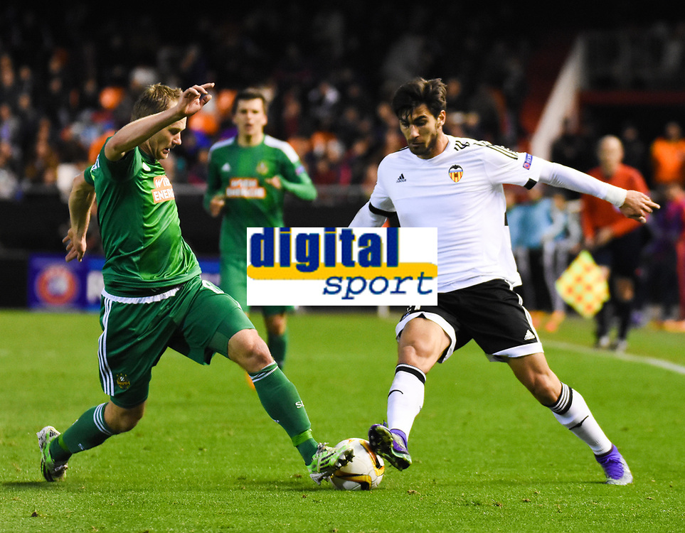Valencia's   Andre Gomes and Rapid Wien's Stefan Schwab  during Uefa Europa League match. February 18, 2016. (ALTERPHOTOS/Javier Comos)