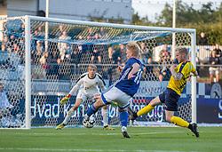 Magnus Warming (Lyngby Boldklub) er tæt på at øge til 3-1, presset af Mathias Haarup (Hobro IK) under kampen i 3F Superligaen mellem Lyngby Boldklub og Hobro IK den 20. juli 2020 på Lyngby Stadion (Foto: Claus Birch).