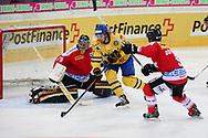 Daniel Manzato und Thomas Ruefenacht (SUI) gegen Andreas Thuresson (SWE) im Testspiel zwischen der Schweiz und Schweden, am Mittwoch, 09. April 2014, in der Diners Club Arena Rapperswil-Jona. (Thomas Oswald)