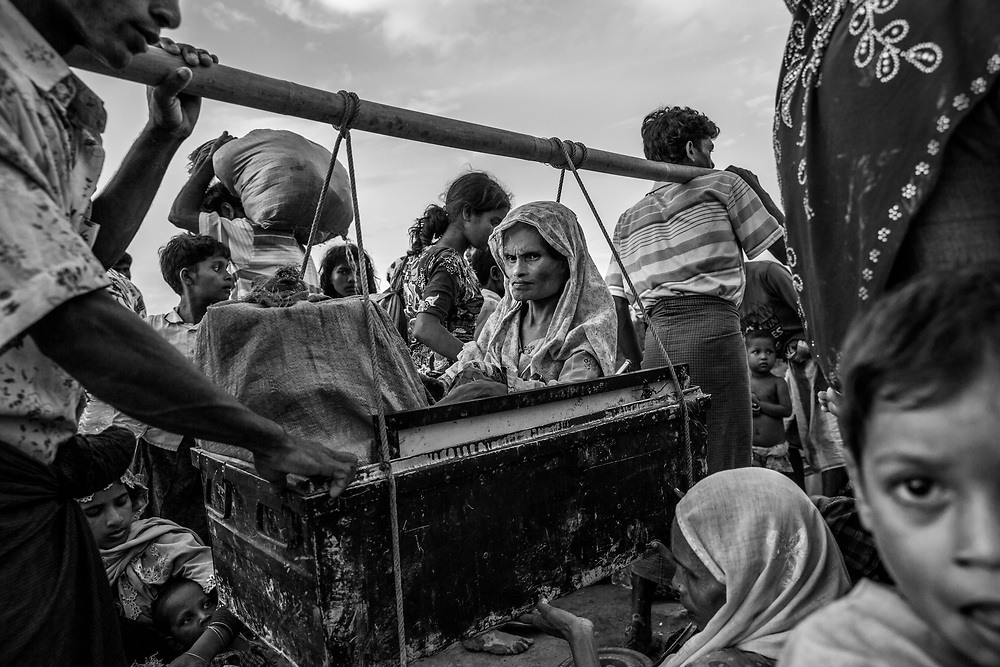 Rohingyas who fled Myanmar waiting to cross Bangladesh border at Anjuman Para. Since the end of august 2017, the beginning of the crisis, more than 620,000 Rohingyas have fled Myanmar to seek refuge in Bangladesh. Cox's Bazar - november the 2nd 2017.<br /> Des Rohingyas ayant fui la Birmanie attendent pour traverser la frontière du Bangladesh à Anjuman Para. Depuis le début de la crise, fin août 2017, plus de 620000 Rohingyas ont fuit la Birmanie pour trouver refuge au Bangladesh. Cox's Bazar le 02 novembre 2017.