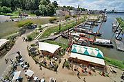 Nederland, Nijmegen, 21-7-2020 Vanwege de coronamaatregelen zijn de vierdaagsefeesten dit jaar afgelast . Enkele locaties in de stad organiseren toch een verkleinde en coronaproof versie van hun evenement . Recreatie, ontspanning, bij de waalkade tijdens het zomerfestival de Kaaij. Het alternatieve en relaxte terrein onder de Waalbrug van festival de Kaay waar eten, drinken  en zitten bij het water van de rivier de Waal de leukste dingen zijn. Foto: ANP/ Hollandse Hoogte/ Flip Franssen