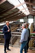 Zwartsluis, 30-09-2021, Rlandbouwbedrijf Weidevol<br /> <br /> Koning Willem Alexander tijdens een werkbezoek aan de twee landbouwbedrijven in de Kop van Overijssel. Het werkbezoek stond in het teken van landbouw en natuurherstel. FOTO: Brunopress/Patrick van Emst<br /> <br /> Op de foto: De Koning vervolgde zijn bezoek bij landbouwbedrijf Weidevol in Zwartsluis. Familie Spans toonde hem hun koeienstal, hun land en de vergaderruimtes die zij verhuren.