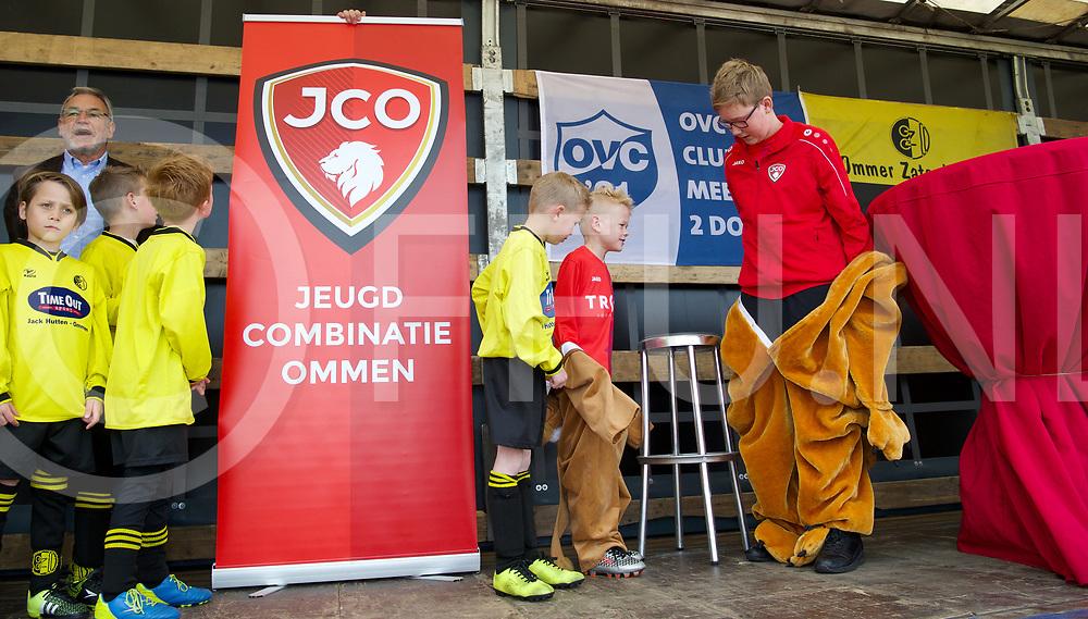 OMMEN - Jeugd OZC - OVC'21.<br /> Foto: Presentatie van de nieuwe clubkleuren en kleding voor de jeugd, de spelers kwamen uit Leeuwen pakken tevoorschijn in de nieuwe club kleding.<br /> FFU PRESS AGENCY COPYRIGHT FRANK UIJLENBROEK