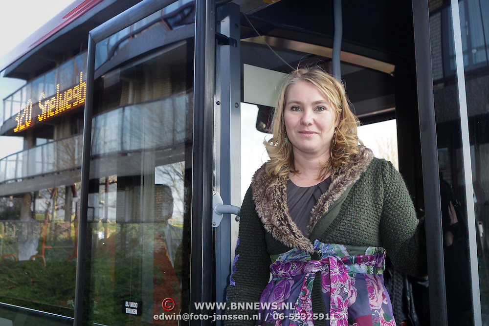 NLD/Huizen/20111124 - Minister Melanie Schultz van Haegen en gedeputeerde Elizabeeth Post bij pilot Snelwegbus,