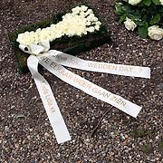 NLD/Amsterdam/20070823 - Begrafenis Jos Brink, bloemstuk bij het graf