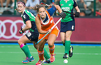 BOOM - Kelly Jonker met links de Ierse Shirley McCay tijdens de eerste poule wedstrijd van Oranje tijdens het Europees Kampioenschap hockey   tussen de vrouwen Nederland en Ierland. ANP KOEN SUYK