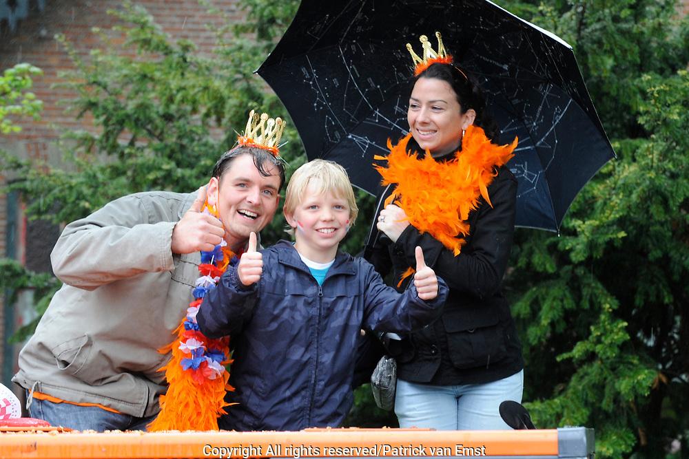 Koninginnedag 2010 . De Koninklijke familie in het zeeuwse Wemeldinge. / Queensday 2010. The Royal Family in Wemeldinge<br /> <br /> op de foto / on the photo :