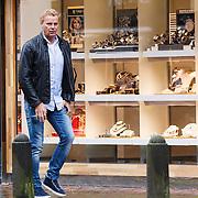 NLD/Laren/20130115 - Gerard Joling winkelend in Laren, manager en ex partner Wino Omtzigt