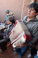 MUSICO DE ACCORDEON Y COMPARSA DURANTE EL CARNAVAL EN EL PATIO DE UNA CASA DE ADOBE, OCUMAZO, QUEBRADA DE HUMAHUACA, PROV. DE JUJUY, ARGENTINA