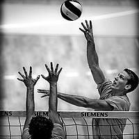KLEUR BEWERKT !! ORIGINEEL KNAL GEEL !!!!!  <br /> Nederland, Rotterdam, 08-09-2010.<br /> Volleybal, Nederlands Team, Mannen, Training.<br /> Foto : Klaas Jan van der Weij