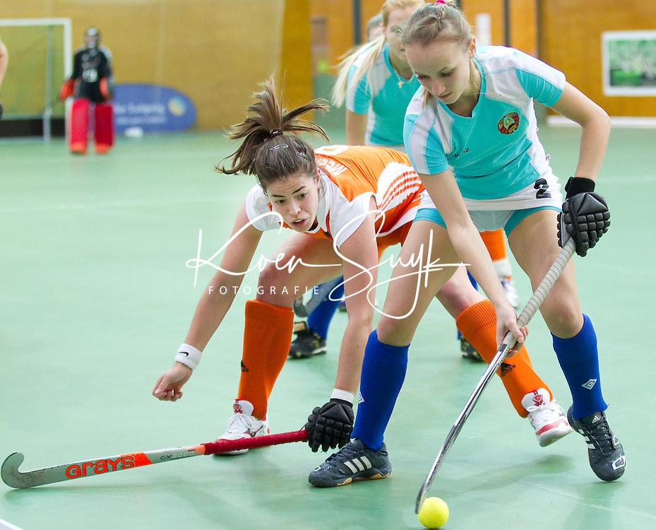 LEIPZIG -  Mignonne Meekels (l) in duel met Ryta Zhylianina van Wit Rusland, zaterdag tijdens de wedstrijd tussen Nederland en Wit Rusland (1-3) bij het EK Zaalhockey in Leipzig.  ANP KOEN SUYK