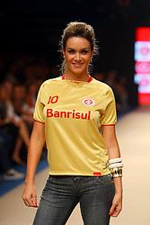 Modelo e apresentadora Luize Altenhofen desfila com terceira e inédita camisa do Inter, dourada, durante Donna Fashion<br /> FOTO: Jefferson Bernardes/Preview.com