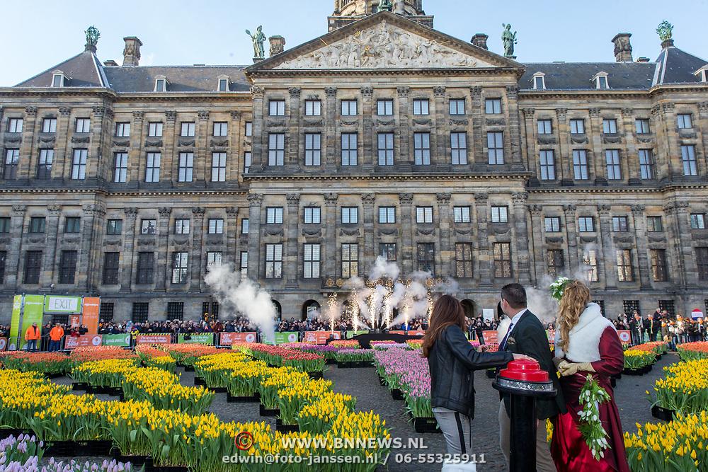 NLD/Amsterdam/20190119 - Nationale Tulpendag 2019, doop tulp Quinty Trustfull, Quinty Trustfull opent met een druk op de knop het tulpen seizoen op de Dam