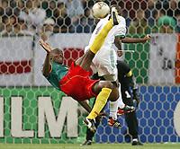 Fotball. VM 2002. 06.06.2002.<br />Saudi Arabia v Kamerun.<br />Raymond Kalla, Kamerun.<br />Ibrahim Al Shahrani, Saudi Arabia.<br />Foto: Uwe Speck, Digitalsport