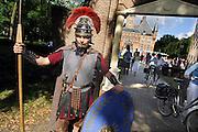Nederland, Wijchen, 4-8-2005Romein op wacht voor de kasteeltuin waar de kasteelfeesten gehouden worden.Foto: Flip Franssen/Hollandse Hoogte