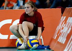 11-11-2007 VOLLEYBAL: PRE OKT: NEDERLAND - AZERBEIDZJAN: EINDHOVEN<br /> Nederland wint ook de de laatste wedstrijd. Azerbeidzjan verloor met 3-1 / Ballenmeisje volleybal item <br /> ©2007-WWW.FOTOHOOGENDOORN.NL