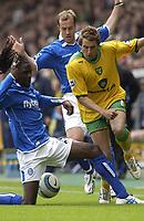 Fotball<br /> England 2004/2005<br /> Foto: SBI/Digitalsport<br /> NORWAY ONLY<br /> <br /> Norwich v Birmingham<br /> FA Barclays Premiership<br /> 07/05/2005<br /> <br /> Norwich's Darren Huckerby gets between Birmingham's Mario Melchoit and Kenny Cunningham