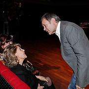 NLD/Hilversum/20101124 - Uitreiking boek 50 jaar Edison, de geschiedenis van de Muziekprijs, Rita Reys word begroet door Rob de Nijs