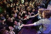 Acteurs Marnie Schuleburg en Van Hansis schudden de hand van hysterische fans. Fans van de Amerikaanse soap As The World Turns ontmoeten in het muziektheater Vredenburg in Utrecht zes van de spelers. Tijdens de show vertellen de acteurs over hun leven en krijgen de bezoekers de kans om vragen te stellen en een aantal fans winnen door een quiz een meet and greet. De soapserie is in Amerika vorig jaar gestopt.<br /> <br /> Actor Marnie Schuleburg and Van Hansis are shaking hands with their fans in the Vredenburg Theater. The actors of the soap As The World Turns are meeting their fans at a show.
