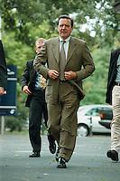 """25.06.1998, Germany/Bonn:<br /> Gerhard Schröder, SPD Kanzlerkandidat und Ministerpräsident von Niedersachsen auf dem Weg zur SPD Veranstaltung """"Neue Politik - Neue Chancen für die Städte"""", Beethovenhalle<br /> IMAGE: 19980625-02/02-08<br />  <br />  <br />  <br /> KEYWORDS: Gerhard Schroeder"""
