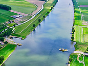 Nederland, Noord-Brabant, Bergsche Maas, 14-05-2020; Capelse Veer over de Bergse Maas : Dussen – Sprang-Capelle, rechts  Overdiepsche polder (Overdiepse Polder).<br /> Capelse Veer across the Bergse Maas: Dussen - Sprang-Capelle, right Overdiepsche polder (Overdiepse Polder).<br /> luchtfoto (toeslag op standard tarieven);<br /> aerial photo (additional fee required);<br /> copyright foto/photo Siebe Swart